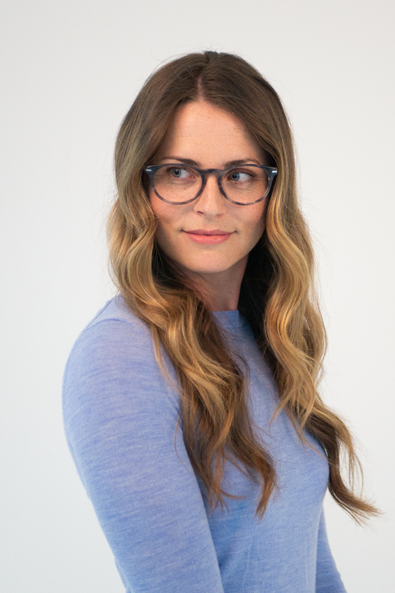Second model wearing Esquire 1510 frames